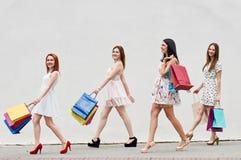 4 женщины с хозяйственными сумками на прогулке Стоковое фото RF