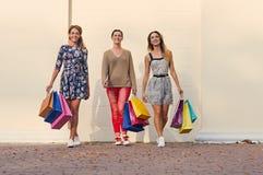 3 женщины с хозяйственными сумками на прогулке Стоковые Фото