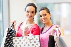Женщины с хозяйственными сумками Стоковые Фотографии RF