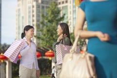 3 женщины с хозяйственными сумками Стоковое Изображение RF