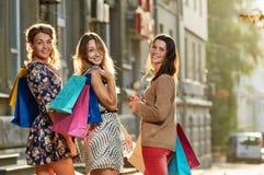 4 женщины с хозяйственными сумками Стоковая Фотография