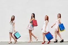 4 женщины с хозяйственными сумками Стоковые Изображения RF