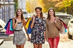 4 женщины с хозяйственными сумками Стоковое Изображение