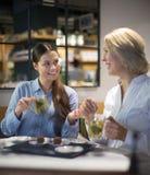 Женщины с чаем и шоколадами в кафе Стоковая Фотография RF