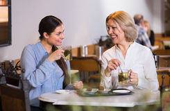 2 женщины с чаем и шоколадами Стоковое Фото