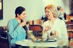 2 женщины с чаем и шоколадами Стоковые Изображения