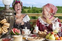 Женщины с чашкой чаю outdoors Стоковые Изображения RF