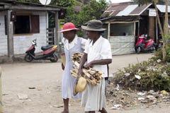 Женщины с шляпами на их головах на рынке, Maroantsetra, Мадагаскар, Стоковое Изображение