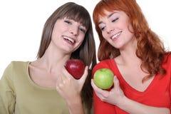 Женщины с яблоками Стоковые Изображения