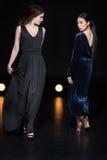 Женщины с ярким составом в стильных макси платьях идя совместно Стоковые Фото