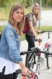 Женщины с bikes Стоковые Изображения