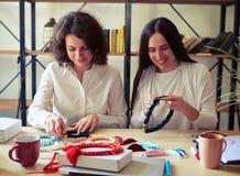 2 женщины с handmade bijouterie Стоковые Фотографии RF