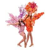 2 женщины танцора масленицы танцуя против изолированной белизны Стоковая Фотография RF