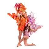 2 женщины танцора масленицы танцуя против изолированной белизны Стоковая Фотография