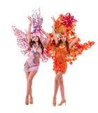 2 женщины танцора масленицы танцуя против изолированный Стоковая Фотография