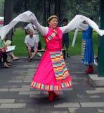 Женщины танцуют в национальных костюмах в парке Jingshan Стоковое Изображение RF