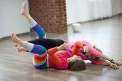 2 женщины танцуя импровизация контакта танца Стоковые Изображения RF