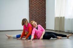 2 женщины танцуя импровизация контакта танца Стоковые Фотографии RF