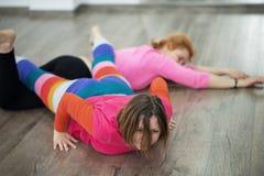 2 женщины танцуя импровизация контакта танца Стоковые Фото