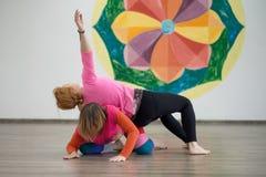2 женщины танцуя импровизация контакта танца Стоковое Изображение
