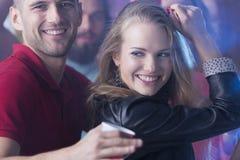 Женщины танцуя с красивым человеком Стоковая Фотография RF
