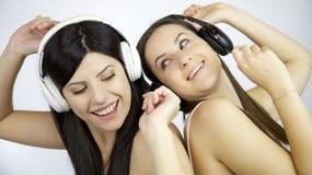 2 женщины танцуя слушая музыка Стоковая Фотография