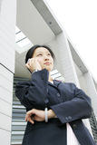женщины телефона удерживания дела Стоковые Фото