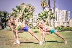 Женщины тренируя в парке стоковое изображение