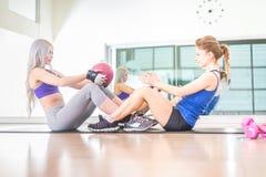 Женщины тренируя abs в спортзале Стоковая Фотография RF