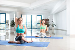 Женщины тренируя asana йоги Стоковые Фотографии RF