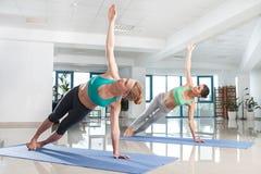 2 женщины тренируя asana йоги Стоковая Фотография RF