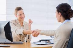 Женщины тряся руки в деловой встрече Стоковые Изображения