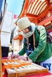 Женщины туристские при камера писать удачу очаровывают везение для стоковая фотография rf