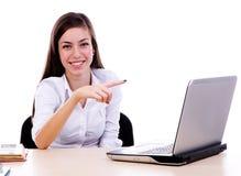Женщины указывая к компьтер-книжке Стоковое Фото