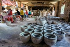 Женщины украшая продукты фарфора Стоковые Изображения RF