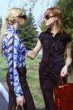 женщины улицы покупкы говоря Стоковые Фото