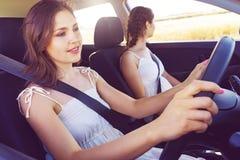 2 женщины управляя автомобилем на отключении Стоковое Фото
