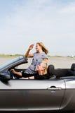 2 женщины управляя автомобилем с откидным верхом Стоковое Изображение RF