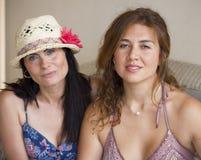 2 женщины усмехаясь на камере Стоковая Фотография RF