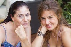 2 женщины усмехаясь на камере Стоковые Изображения