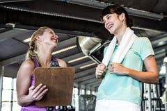 2 женщины усмехаясь на одине другого Стоковое Фото