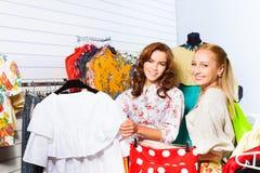 2 женщины усмехаясь совместно в выставочном зале Стоковая Фотография