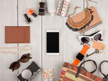 женщины установили с аксессуарами, smartphone, умным вахтой, пасспортом, камерой, ключом, блокнотом, солнечными очками, наушникам Стоковые Изображения