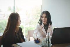 2 женщины участвуют деловая встреча Стоковые Изображения