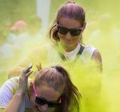 Женщины участвуя в цвете бегут в Праге Стоковая Фотография