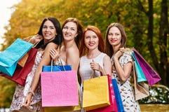 Женщины лучших другов с хозяйственными сумками Стоковое фото RF