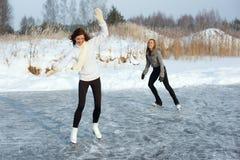 Женщины фигурного катания на замороженном озере Стоковое фото RF