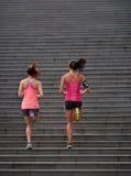 Женщины фитнеса бежать шаги Стоковые Изображения RF