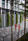 Женщины фитнеса бежать шаги Стоковое фото RF