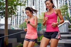 Женщины фитнеса бежать шаги Стоковая Фотография RF